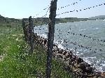 Колючая проволока на берегу Керченского пролива